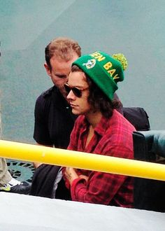 Harry Styles rocking a sweet Packers cap! Harry Styles 2014, Harry Styles Photos, Harry Styles Imagines, One Direction 2014, Prince Hair, April Kepner, Packers Games, Harry Edward Styles, Celebs