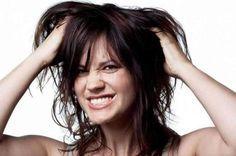 mulher coçando a cabeça por causa de piolho