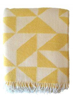 Plaid van gele wol met grafisch patroon, driehoeken. Merk: Tina Ratzer, Denemarken. De plaid is geweven van merinowol. Gratis verzenden! - € 117,50