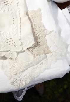 Vacker hög av gamla spetsdukar från loppmarknader i Sverige och Frankrike. Sy ihop och gör en vacker, skir gardin till sommarfönstret.