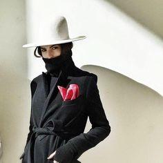 white hat and a pink pochette Urban Fashion, Fashion Looks, Street Chic, Street Style, Looks Style, My Style, Green Hats, Weather Wear, Milan Fashion Weeks