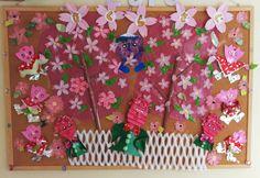 桜の妖精さんは、空き箱とお菓子の包み紙で、白い策は果物の箱の中敷です。桜の花びらは、100円ショップで買い5枚セットとして桜にしました。