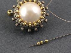 Fleur - kolczyki z beadingu z chwostem Beaded Jewelry Designs, Jewelry Patterns, Handmade Jewelry, Tatting Jewelry, Bead Jewellery, Beaded Brooch, Beaded Rings, Earring Tutorial, Beading Tutorials