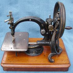 Willcox and Gibbs: Serial No. The machine was made in America in the late Sewing Machine Tables, Treadle Sewing Machines, Antique Sewing Machines, Sewing Machine Accessories, Vintage Sewing Notions, Vintage Laundry, Wooden Spools, Sewing Box, Sewing Techniques