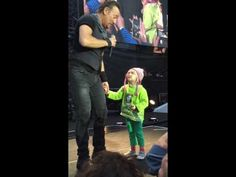 Bruce Springsteen Invites 4 Year Old Girl on Stage - The Cutest Video Ever - Viralol
