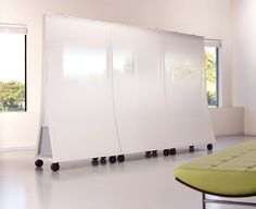 Freestanding mobile screens with writable surfaces that promote collaboration and facilitate idea sharing. Office Interior Design, Office Interiors, Mobile Whiteboard, Office Screens, Dry Erase Wall, Moving Walls, Office Pods, Movable Walls, Classroom Furniture