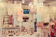 This looks like a cool store . It reminds me of a boutique I like Boutique Interior, A Boutique, Boutique Ideas, Vintage Boutique, Boutique Displays, Boutique Design, Room Interior, Interior Ideas, Estilo Shabby Chic