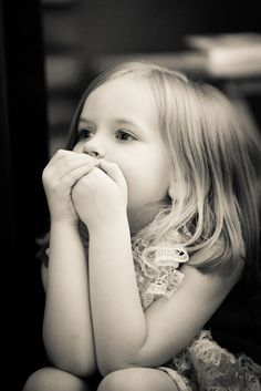 [フリー画像素材] 人物, 子供, 少女 / 女の子, 口を押さえる, 外国の子供, モノクロ ID:201404122000
