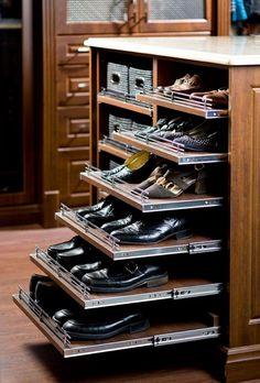 Для обустройства гардеробной можно использовать выдвижные полки.