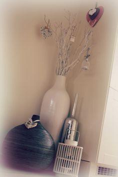 Takken in mooie witte vaas met leuke decoraties. Leuk voor in een hoek van het interieur.