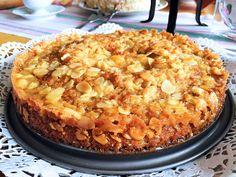 Toscakaka är en älskad klassiker som alltid går hem på fikabordet. Med rivet äpple, kanel och kardemumma i smeten blir kakan om möjligt ännu saftigare och godare. Den här lyxiga toscakakan...