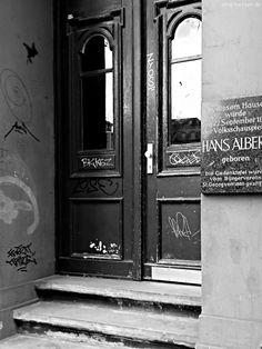 Hans Albers - http://smg-treppen.de/hans-albers/ September 1891 im Hamburger Stadtteil St. Georg, das Wetter war wieder einmal typisches Hamburger Schietwetter, kühl, nass und wenig einladend für einen Spaziergang im Freien als in der Langen Reihe 71 ein kleiner Bub das Licht der Welt erblickte. Es war das sechste Kind von Philipp und Johanna A...