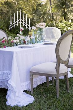 Outdoor dining with ruffles on the table I summer tablescape designs
