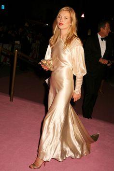 Alors qu'elle fête ses 43 ans, la façon d'être, de s'habiller, sa vie de rock star à deux cents à l'heure, sa discrétion, sa carrière exemplaire, son allure tantôt femme-enfant, tantôt femme fatale font fantasmer. Et pour cause, le mythe Kate Moss dépasse depuis toujours l'engouement suscité par tous les tops que l'histoire de la mode ait connu. Un style incroyable jamais égalé, charme adolescent nonchalant, brin d'innocence et attitude désinvolte qui ont forgé sa légende et ont fait d'elle…