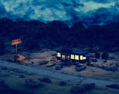 Bild via We Heart It #abandoned #america #car #cars #desert #deserted #diner #diorama #highway #light #lights #miniature #nowhere #small #usa #vintage
