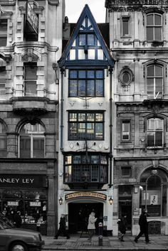 Ye Olde Cock Tavern,Fleet St, originally known as Ye Cock and Bottle, dates back to 1549 and has the narrowest frontage of any pub in London. It was originally on the North side of Fleet Street, but has been on its existing site since 1887 and was the inn for Samuel Pepys, Charles Dickens and Dr Johnson,