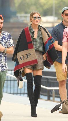 Starlet Olivia Palermo bestitzt natürlich schon längst einen Burberry-Poncho mit ihren Initialien. Copyright: Burberry