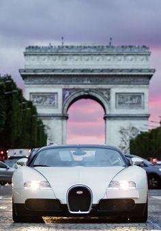 Bugatti Veyron in front of l'Arc de Triomphe on the Champs-Élysées, Paris, France