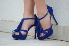 blusa-renda-azul-estampa-de-flores-short-branco-sandalia-franjas-azul-regina-salomao-drops-das-dez-laina-laine-8