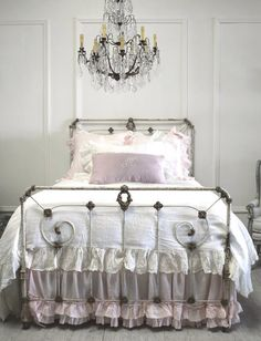 Shabby Chic - via Full Bloom Cottage Shabby Chic Bedrooms, Shabby Chic Cottage, Shabby Chic Homes, Shabby Chic Decor, Cama Vintage, Vintage Shabby Chic, Casas Shabby Chic, Wrought Iron Beds, Dreams Beds