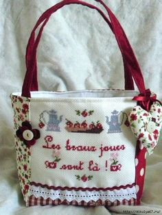 ideas bolsos apliques (28) Fabric Purses, Fabric Bags, Patchwork Bags, Quilted Bag, How To Make Handbags, Purses And Handbags, Fabric Storage Baskets, Purse Tutorial, Craft Bags