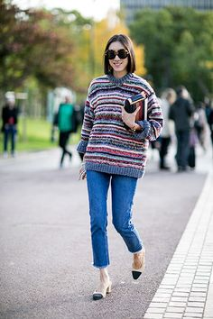 Fashionista Eva Chen mit den Two Tone Slingpumps von Chanel auf der Pariser Fashion Week