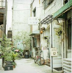Café in Japan. Cafe Japan, Japan Shop, Japan Japan, Design Japonais, All About Japan, Cafe Shop, Japanese Streets, Cafe Restaurant, Adventure Is Out There
