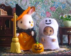 Sylvanian Families – JP Trick or Treat Halloween Costume Set – Chocolate Rabbit Girl & Walnut Squirrel Baby with accessories