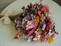 ** 300 flores de pronta entrega ** O valor é referente a 100 Lindas flores de tecido em cores e modelos variados! As flores pequenas naturais e os vasos não acompanham. Confeccionadas em qualquer cor. *** Variedade como foto principal*** Flores para buques ou decoração de ambientes (...