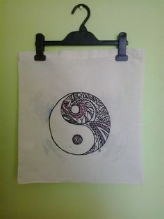 Taška Jin Jang Plátěná taška se vzorem Jin Jang.   - rozměry tašky: 38 x 42 cm   - délka ucha: cca 30 cm   - barva: přírodní