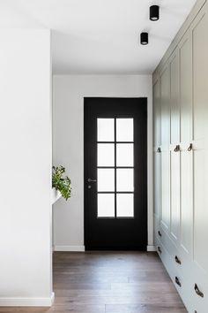 ומבט מהכיוון ההפוך. מימין לדלת ארון גדול למעילים ואפילו לשואב אבק, משמאל קיר שמפריד מהסלון (צילום: איתי בנית) House Entrance, Front Entry, Ideal Home, Oversized Mirror, Entryway, New Homes, House Design, Windows, Doors