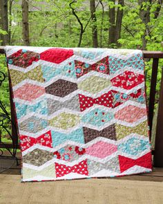 Tumbler quilt/The white sashing really makes this design pop. Quilting Projects, Quilting Designs, Sewing Projects, Quilting Ideas, Crochet Projects, Craft Projects, Scrappy Quilts, Baby Quilts, Memory Quilts