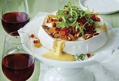 Baked Brie with bacon and sundried tomatoes Bacon, Baked Brie, Low Carb Breakfast, Dried Cranberries, Mets, Home Recipes, Healthy Options, Entrees, Appetizers
