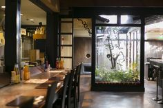 1軒目:旬食材のおばんざいが美味しい【omo cafe】京都の台所・錦市場から麩屋町(ふやちょう)通を北へすぐ。街中の便利な一等地にあるのがこちらの「omo cafe(オモ カフェ)」さんです。もともとは乾物屋さんだった建物で、築100年は