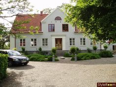 rött kontra vitt House Front, My House, House Goals, My Dream Home, Interior And Exterior, Villa, New Homes, Cottage, House Design