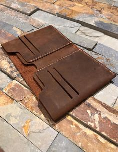 Creating the Men Minimalist Fashion Wardrobe Minimalist Leather Wallet, Slim Leather Wallet, Minimalist Wallet, Diy Leather Goods, Leather Bags Handmade, Leather Men, Leather Wallet Pattern, Leather Projects, Leather Crafts