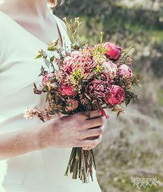 Ramo de novia con rosas granates :: Burgundy roses wedding bouquet