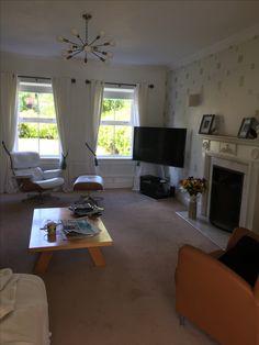Woonkamer met gele muur en donker houten vloer | Interior design ...