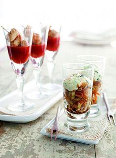 Ensalada coleslaw con zanahorias, repollo y semillas de sésamo negras y blancas y cubos de pollo marinados con salsa agridulce.