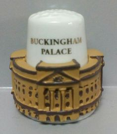 Palacio de Buckingham, Inglaterra. Dedal de porcelana, estaño pintado a mano