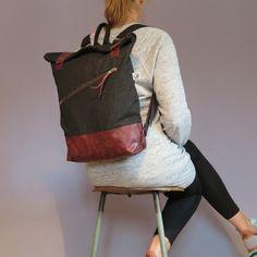Dieser schöne robuste Jeansrucksack bietet sehr viel Platz und sticht sofort ins Auge. Er besteht innen wie außen aus einem schwarzen Baumwolljeans und er hat innen am Rücken zwei Einschubfächer....