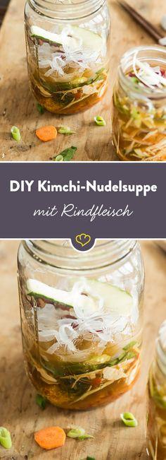 Diese Nudelsuppe mit Kimchi und Gemüse ist genau das Richtige für den spontanen Hunger auf etwas Warmes. Pikant, lecker und in nur 2 Minuten zubereitet.