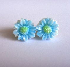 Vintage plastic baby blue daisy stud earrings by bunnyboutique, $14.00