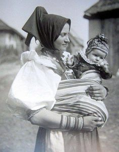 A mum in Važec, Slovakia in 1925 wears her baby. Mother And Child, Baby Wearing, Old Photos, Vintage Art, Persona, Portrait Photography, Sculpture, Statue, History