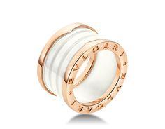 Anillo B.zero1 de cuatro bandas en oro rosa de 18 qt con cerámica blanca.