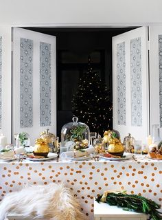 Set your Christmas table with a white and gold theme