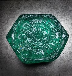 A historic Indian Moghul emerald featured in Boucheron's 'Fleur des Indes' necklace, from the Rêves d'Ailleurs collection.