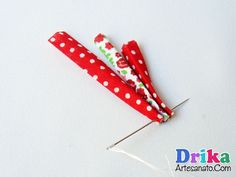 flores-de-tecido-feitas-com-vies-4 Diy Hair Accessories, How To Make Bows, Diy Hairstyles, Crochet, Diy And Crafts, Alice, Beauty, Bow Making, Make Fabric Flowers