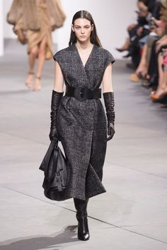 Here, see every look from the New York Fashion Week Michael Kors Fall 2017 runway show. Fashion Over 40, Fashion Week, New York Fashion, Runway Fashion, Fashion Show, Fall Fashion Trends, Trendy Fashion, Autumn Fashion, Elegant Gloves