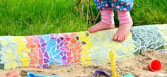Endlich ist sie fertig - unsere Mosaik-Schlange im Garten bzw. unser Mosaik-Sandkasten. =) Es war ein großes DIY-Projekt, das sehr zeitintensiv war, uns aber auch eine Menge Spaß gebracht hat. Aber dafür kann sich das Ergebnis auch sehen lassen! Wir sind mega stolz auf das fertige Kunstwerk, ... auf unsere ganz